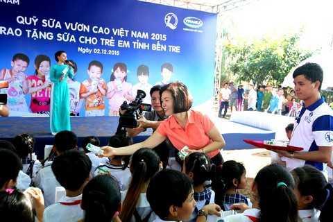 Bà Bùi Thị Hương, Giám Đốc Điều Hành Vinamilk trao tặng sữa trực tiếp cho các em học sinh trường tiểu học Cồn Bửng, Thạnh Phú, Bến Tre