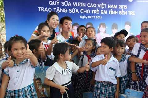 Tại chương trình, các em học sinh đã có cơ hội được gặp mặt, trò chuyện và cùng chơi những trò chơi vui nhộn cùng với các Đại sứ của chương trình Quỹ sữa Vươn cao Việt Nam là Nghệ sỹ hài Xuân Bắc và Hoa hậu Ngọc Hân