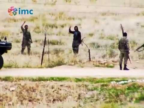 Hai tên được cho là phiến quân IS đang trò chuyện 'thân mật' với lính Thổ Nhĩ Kỳ