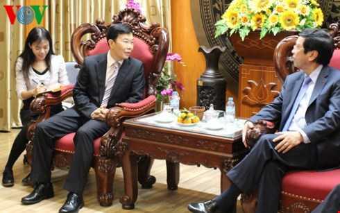 Phó Tổng Giám đốc CRI Điền Ngọc Hồng (giữa) trao đổi với Tổng Giám đốc VOV Nguyễn Đăng Tiến (phải) trong chuyến thăm của đoàn CRI tới VOV hôm 4/12