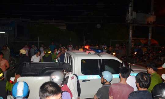 hời điềm cảnh sát khống chế bắt giữ đối tượng, nhiều người dân tập trung đông đảo tại hiện trường