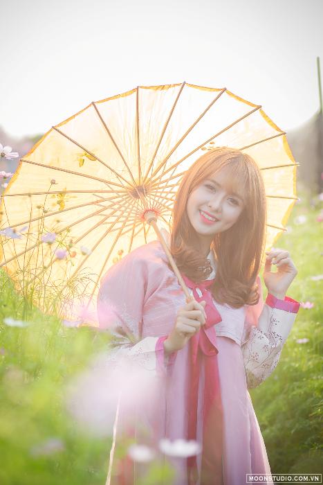 Khi diện trên mình bộ Hanbok, hot girl khiến nhiều người không thể rời mắt.
