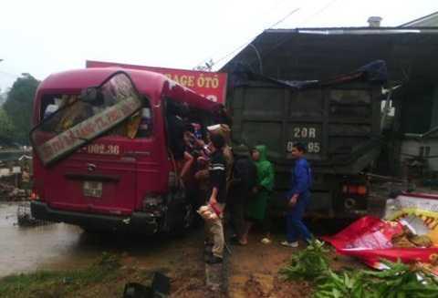 Xe khách hư hỏng nặng sau vụ tai nạn
