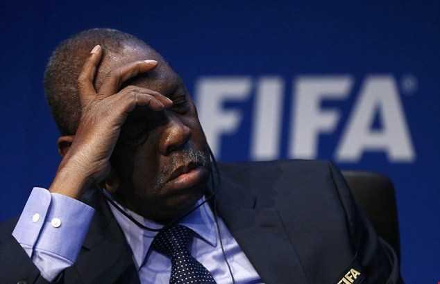 Quyền chủ tịch FIFA Issa Hayatou vừa phải phẫu thuật thận