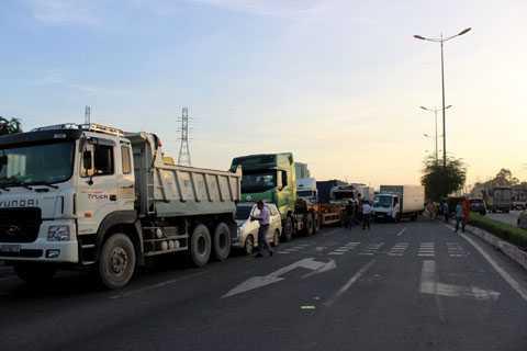8 phương tiện dính chặt nhau trên xa lộ Hà Nội.