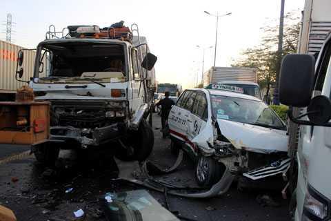 Nhiều phương tiện bị hư hỏng nặng.