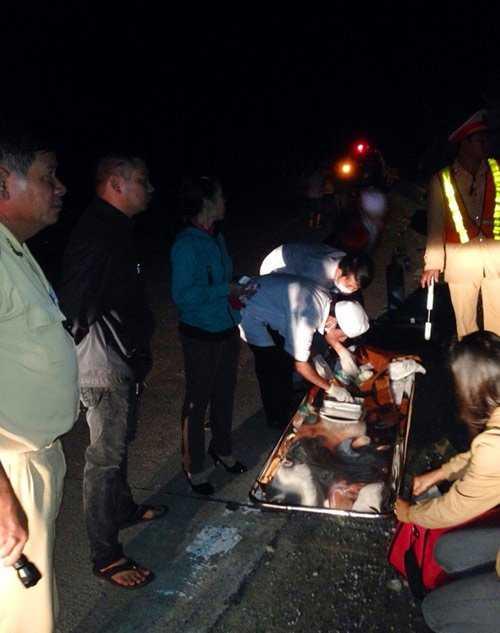 Các y bác sỹ sơ cấp cứu cho nạn nhân ngay tại hiện trường