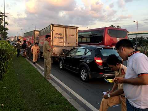 6 phương tiện dính chặt vào nhau trên xa lộ Hà Nội.