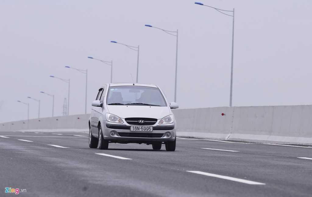 Sở dĩ có thể chạy tốc độ cao vì kết cấu mặt đường cao tốc được thiết kế theo tiêu chuẩn AASHTO 1993 và được kiểm toán theo tiêu chuẩn Việt Nam 22TCN211-06, trong đó mặt đường được rải lớp bê tông nhựa tạo nhám và bê tông nhựa polimer.