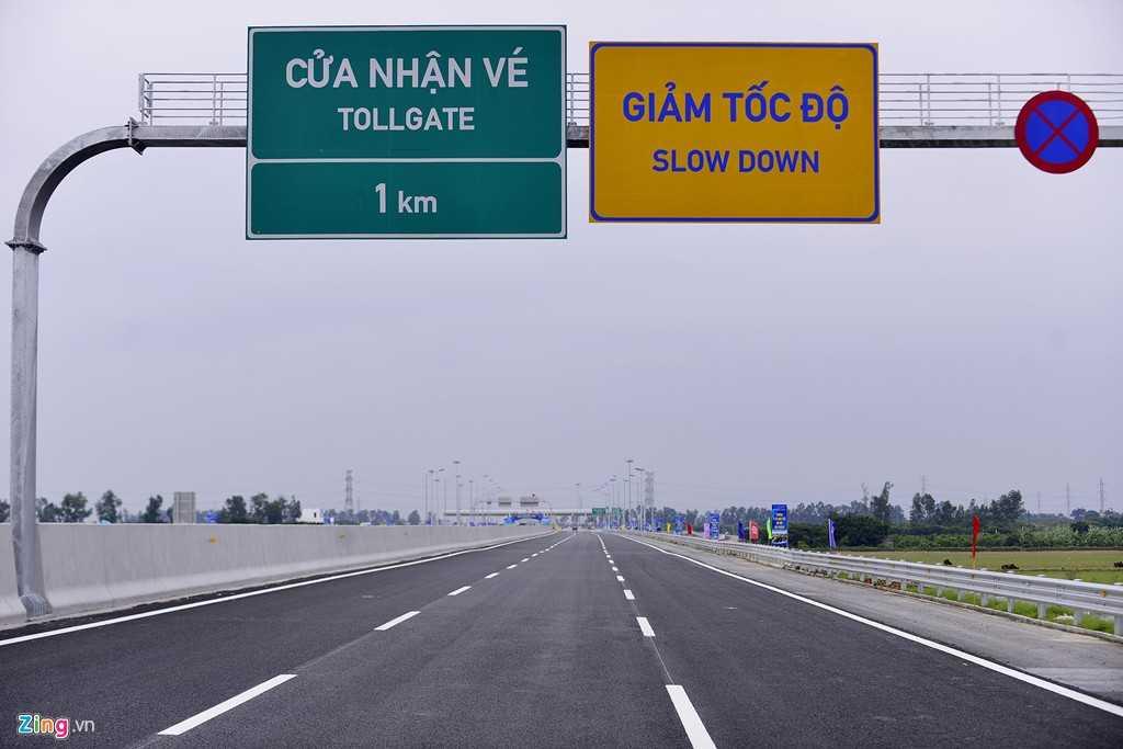 Các biển báo song ngữ Việt - Anh giúp người nước ngoài dễ dàng hiểu được chỉ dẫn.