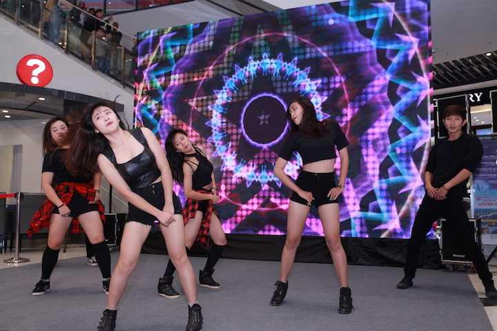 Ngoài ra, những tiết mục nhảy sôi động cũng khiến sự kiện thêm phần thu hút các bạn trẻ