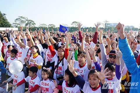 Với cung đường chạy gần 3km xung quanh công viên Yên Sở, 'Chạy vì trái tim 2015' ghi dấu một ngày hội từ thiện đáng nhớ với nhiều hoạt động gây quỹ và những tấm lòng hảo tâm, khao khát cứu giúp những trái tim bé bỏng của các trẻ bị bệnh tim