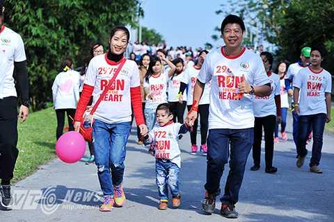 Nhiều em  nhỏ cũng theo chân cha mẹ tham dự chương trình.