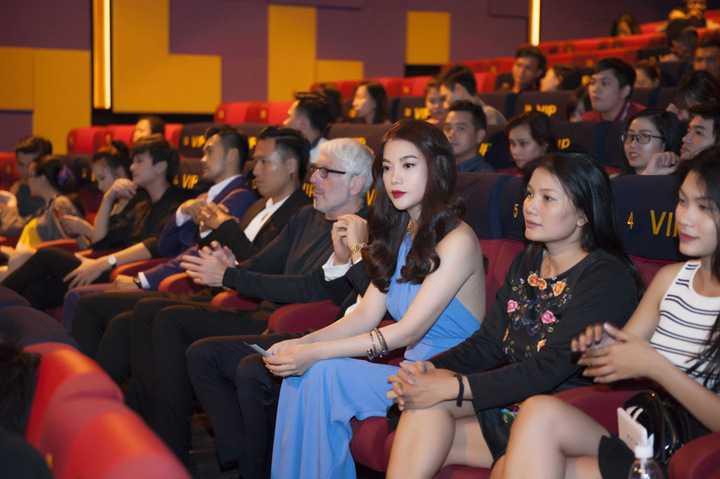 """Khi thấy Kim Lý """"hộ tống"""" Trương Ngọc Ánh từ phía xa, nhiều người đã ùa ra để tặng hoa, chụp hình kỉ niệm với cặp đôi ăn ý trên màn ảnh."""