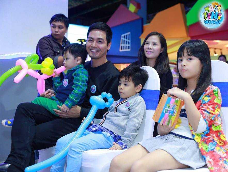 Nhân dịp khai trương tiNiWorld - công viên chủ đề trong nhà đầu tiên tại Hà Nội, MC Phan Anh đã đưa vợ và ba con đi chơi cuối tuần.