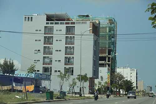 Sau khi nhờ các cá nhân Việt Nam mua đất, người Trung Quốc tiến hành xây dựng các khách sạn, tòa nhà cao tầng ở ven biển. Ảnh: Đ. Nguyên.