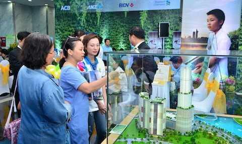 Khách hàng, nhà đầu tư đăng ký tham quan, tìm hiểu các dự án được giới thiệu tại lễ hội Dragon City Festival 2015.