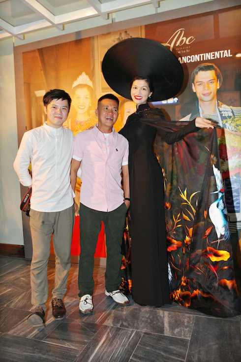 Chiếc áo dài giúp Oanh Yến giành giải thưởng Trang phục dân tộc. Oanh Yến và NTK Đinh Văn Thơ.