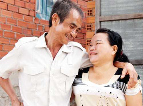Ông Nén hạnh phúc ngày đoàn tụ với vợ con. Ảnh: Phước Tuấn.