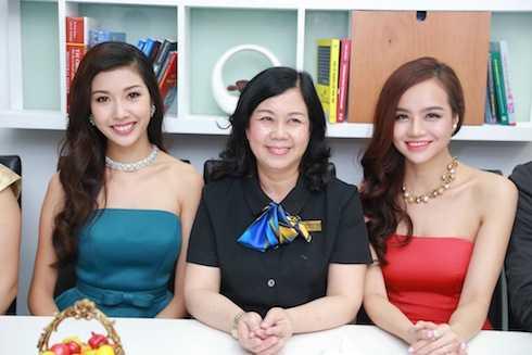 Thuý Vân chụp hình cùng Phó hiệu trưởng trường ĐH Kinh Tế - PGS. TS. Phan Thị Bích Nguyệt