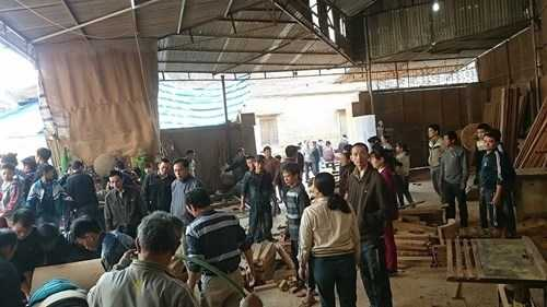 Nhiều người dân tập trung ở gần nhà ông Chuân