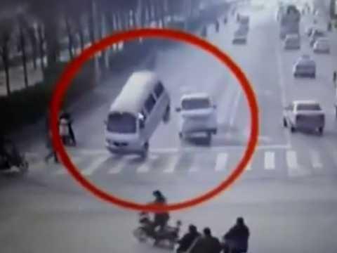 Chiếc xe bị nhấc bổng do một sợi cáp lớn bất ngờ căng lên do cuốn vào chổi của xe quét đường
