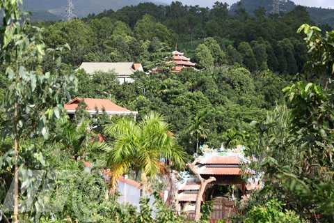 UBND quận Liên Chiểu (Đà Nẵng) vừa cho biết, gia đình ông Ngô Văn Quang sẽ tự tháo dỡ khu biệt thự xây dựng trái phép ở chân núi Hải Vân.
