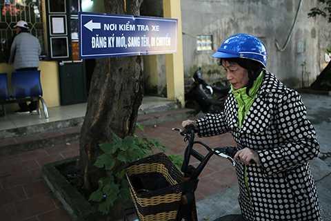 Người dân mang theo môtô, xe máy điện tới các Đội quản lý xe tại Công an mỗi quận huyện để làm thủ tục.