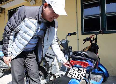 Anh Nguyễn Văn Vị (50 tuổi, Đống Đa, Hà Nội) cho biết: 'Thủ tục đăng kí xe máy điện rất đơn giản và nhanh chóng, theo tôi bà con mua xe máy điện nên đăng ký xe để hợp pháp tài sản của mình.'