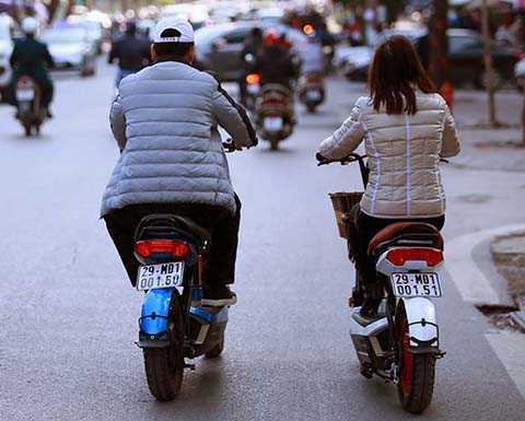 Chưa đầy 30 phút, người dân đã hoàn tất thủ tục đăng kí xe mô tô, xe máy điện.