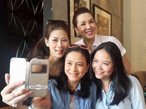 Người đẹp chụp ảnh bên bạn bè.