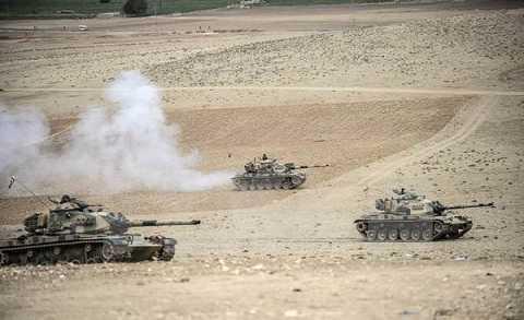 Xe tăng quân đội Thổ Nhĩ Kỳ triển khai trên biên giới với Syria