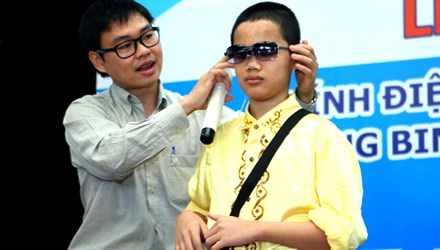 TS Nguyễn Bá Hải hướng dẫn cách sử dụng kính điện tử giúp tránh vật cản cho học sinh khiếm thị