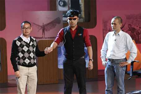 """TS Nguyễn Bá Hải hướng dẫn cho """"GS Cù Trọng Xoay"""" cách sử dụng thiết bị cho người khiếm thị"""