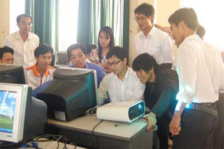 Tiến sĩ Bá Hải hướng dẫn lập trình cho các giáo viên tại Vũng Tàu.