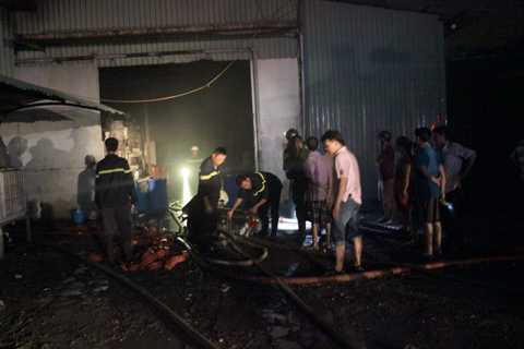 Lực lượng chức năng khống chế đám cháy sau hơn 1 giờ phun nước.