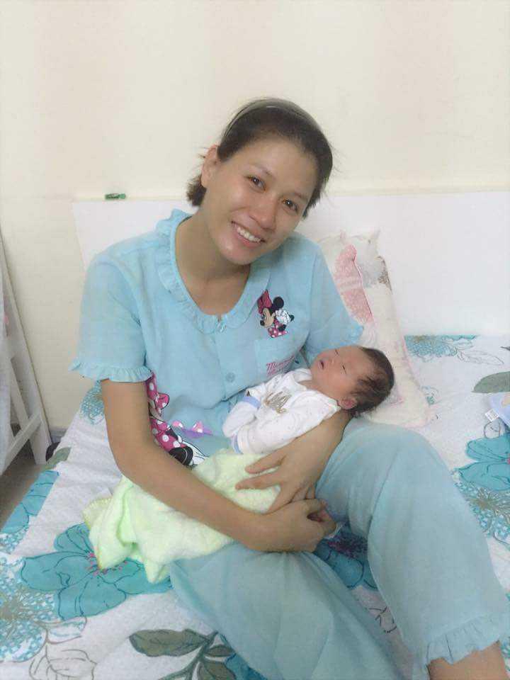 Trang Trần hạnh phúc bên con gái đầu lòng - bé Kiến Lửa