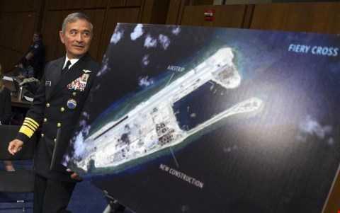 Đô đốc Hải quân Mỹ Harris trình bày về việc Trung Quốc xây đường băng trên bãi Chữ Thập ở Biển Đông