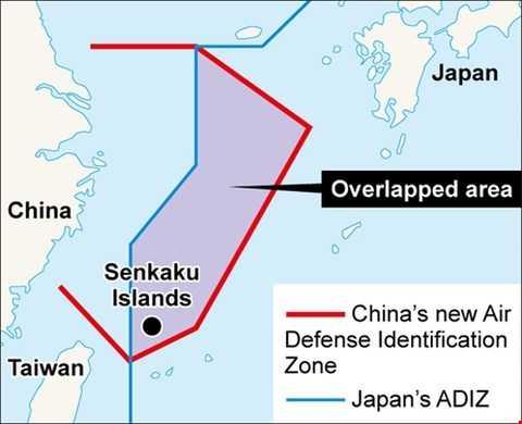 Vùng ADIZ (màu đỏ) mà Trung Quốc tuyên bố thiết lập ở biển Hoa Đông năm 2013 chồng lấn lên Vùng ADIZ của Nhật Bản (màu xanh)