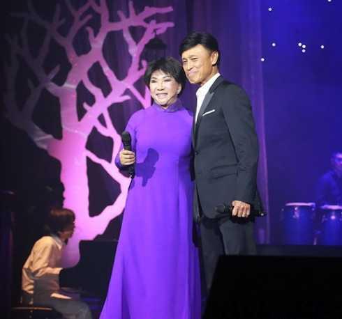 Tuấn Ngọc song ca cùng Lệ Thu trong đêm nhạc.