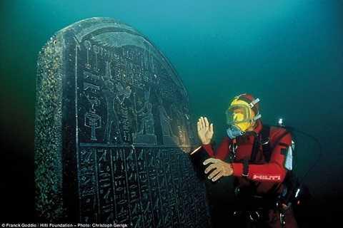Bức tượng đá khắc chữ tượng hình nhiều bí ẩn.
