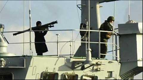 Binh sĩ Nga vác súng phóng tên lửa trên tàu Ceasar Konikov