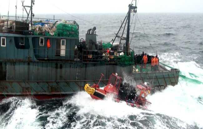 Tàu tuần tra Hàn Quốc truy đuổi tàu cá Trung Quốc đánh bắt trái phép ở biển Tây - Ảnh: Yonhap