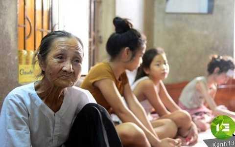 Bà nội Nhi giờ phải oằn lưng bán nước kiếm sống. Ảnh: Kênh 13.