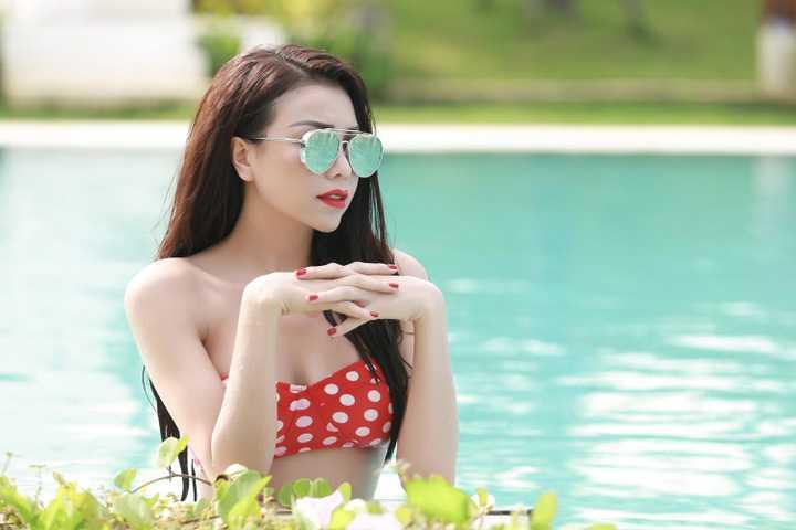 Trong cảnh hậu trường, Trà Ngọc Hằng đã khiến không ít người shock trước hình ảnh hôn chàng mẫu tây Nikko Lai cực kỳ cuồng nhiệt dưới bể bơi trong một cảnh quay.