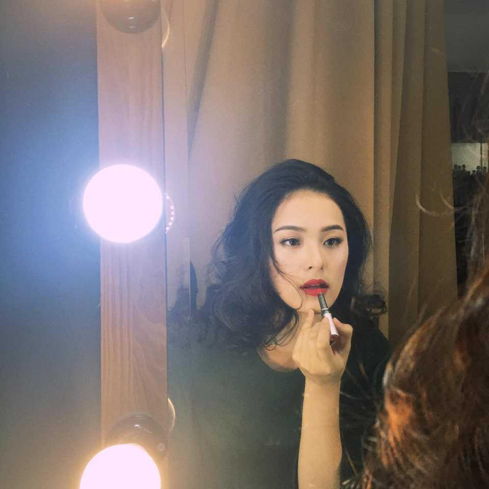 Hạ Vi- người tình tin đồn của Cường Đô la khoe vẻ quyến rũ trong shoot ảnh đang trang điểm.