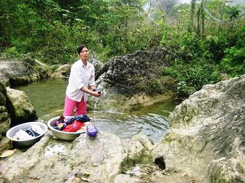 Người dân lấy nước sinh hoạt chảy ra từ hang thuồng luồng ở gần đó.