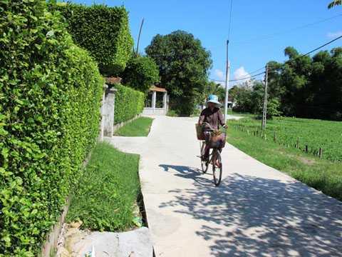 Đường nông thôn tại Nhơn Thọ được đổ bê tông kiên cố, sạch đẹp. Ảnh: Dũ Tuấn