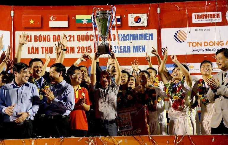 Bầu Đức ăn mừng ngôi vô địch với U21 HAGL (Ảnh: Quang Minh)