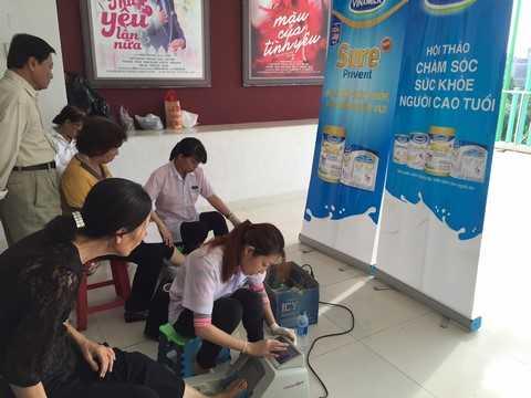 Vinamilk tổ chức đo loãng xương cho người cao tuổi tại TP.HCM và Hà Nội, Tiền Giang giúp người cao tuổi phát hiện và phòng ngừa loãng xương